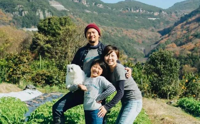 """Bỏ việc """"về quê, nuôi cá và trồng thêm rau"""": Cuộc sống thảnh thơi, """"như mơ"""" của đôi vợ chồng khiến nhiều người phát cuồng"""