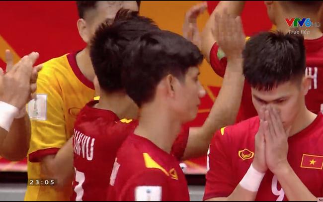 Cầu thủ ghi bàn cho futsal Việt Nam ở World Cup ôm mặt buồn bã sau thất bại, xúc động gửi gắm tâm sự