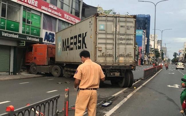Xe container tông vào chi nhánh một ngân hàng ở TP.HCM