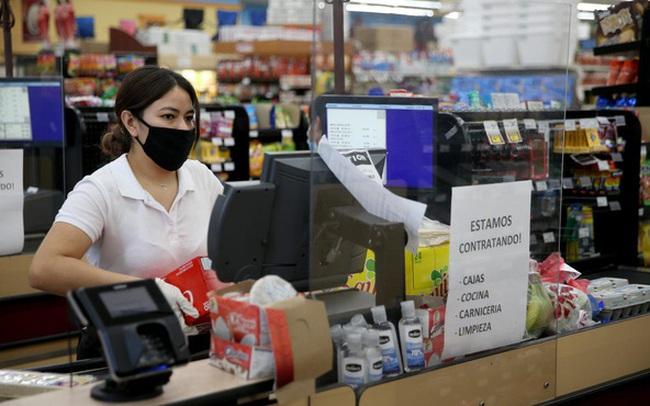 """Sự thật đằng sau công việc """"mưa không đến mặt nắng không đến đầu"""" của nhân viên bán hàng tại siêu thị mini"""