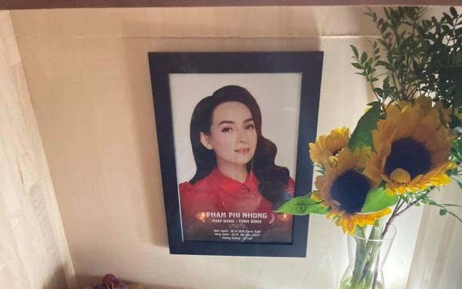 Hình ảnh bàn thờ đơn sơ của Phi Nhung được em trai chia sẻ