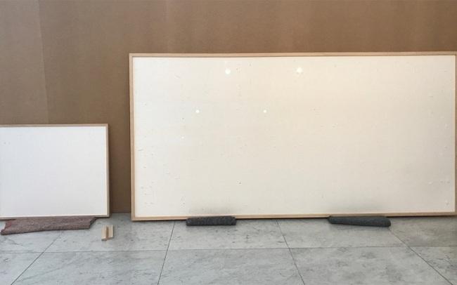 """Nhận 84.000 USD, họa sĩ giao tác phẩm là 2 tấm vải trắng với tựa đề """"Ôm tiền chạy mất"""": Lý do đưa ra khiến ai cũng bất ngờ!"""