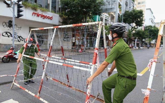 Gỡ bỏ rào chắn, đường phố TP HCM thông thoáng trở lại