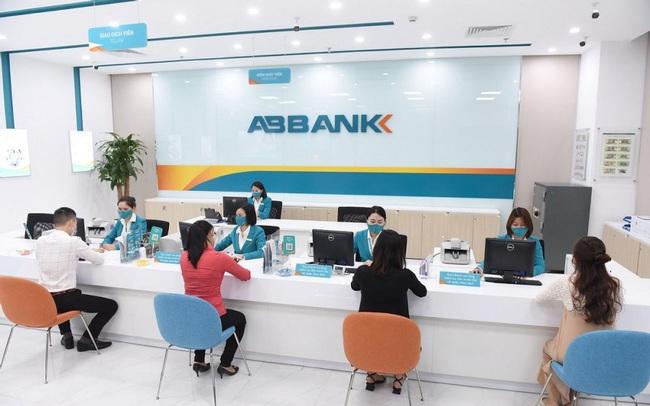 Hai cá nhân bị phạt do giao dịch cổ phiếu ABB, TPB không đúng quy định