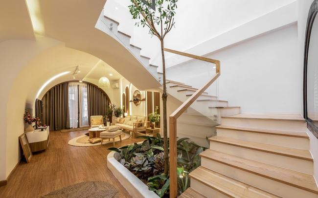 Gia chủ chi gần 2 tỷ biến căn nhà phố gần 200m2 thành không gian sống xanh mướt với sân vườn giữa nhà