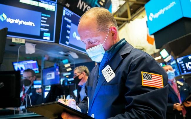Lo ngại tác động của biến thể Delta, Dow Jones rớt gần 300 điểm