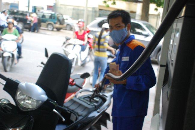 Giá xăng giảm 150 đồng/lít