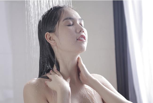 'Hấp dẫn giới tính' - Chiêu marketing đằng sau clip quảng cáo sữa tắm của Ngọc Trinh