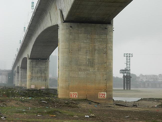 Nứt trụ cầu Vĩnh Tuy (Hà Nội): Báo động an toàn công trình!