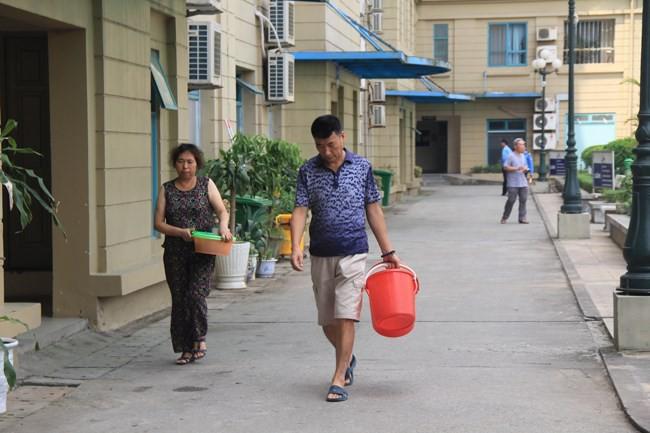"""Hà Nội: Dân khốn khổ vì chung cư """"xịn"""" mất nước gần 1 tuần"""