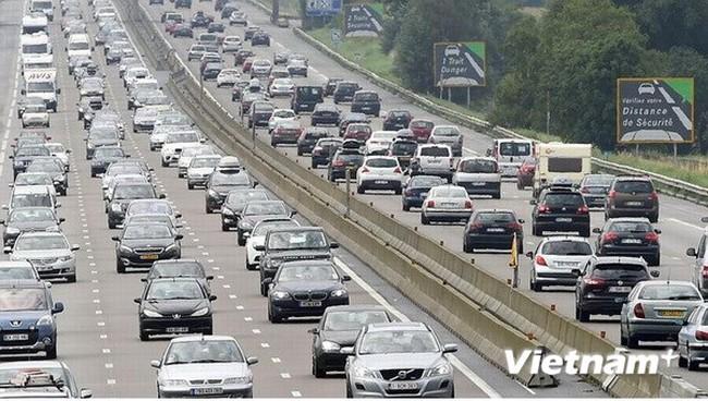 Giao thông tắc nghẽn kéo dài gần 1.000km trên toàn nước Pháp