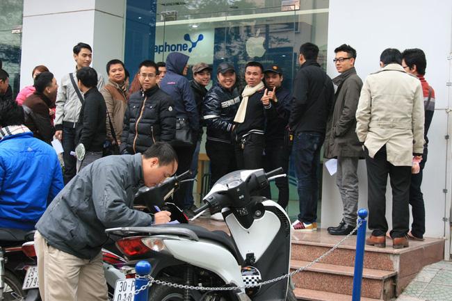 Hà Nội: Xếp hàng từ 4 giờ sáng chờ mua iPhone 5 chính hãng