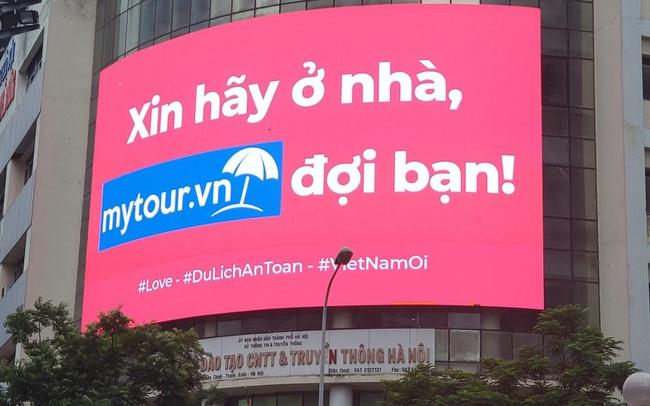 Mytour.vn khuyến khích người dân ở nhà bằng những màn hình LED khắp Hà Nội