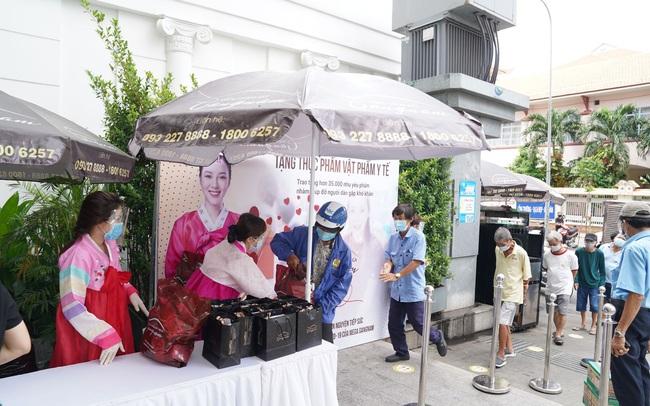 Hàng nghìn nhu yếu phẩm được phát miễn phí tại Mega Gangnam