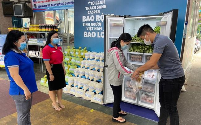 """Hàng nghìn người Sài Gòn nhận thực phẩm từ tủ lạnh """"Thạch Sanh"""""""