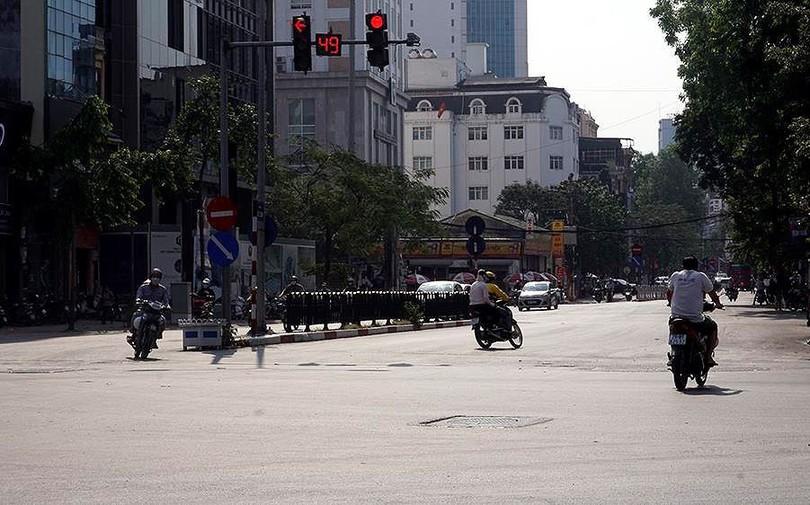 Nắng nóng nung người trên 50 độ C, đường phố Hà Nội vắng tanh