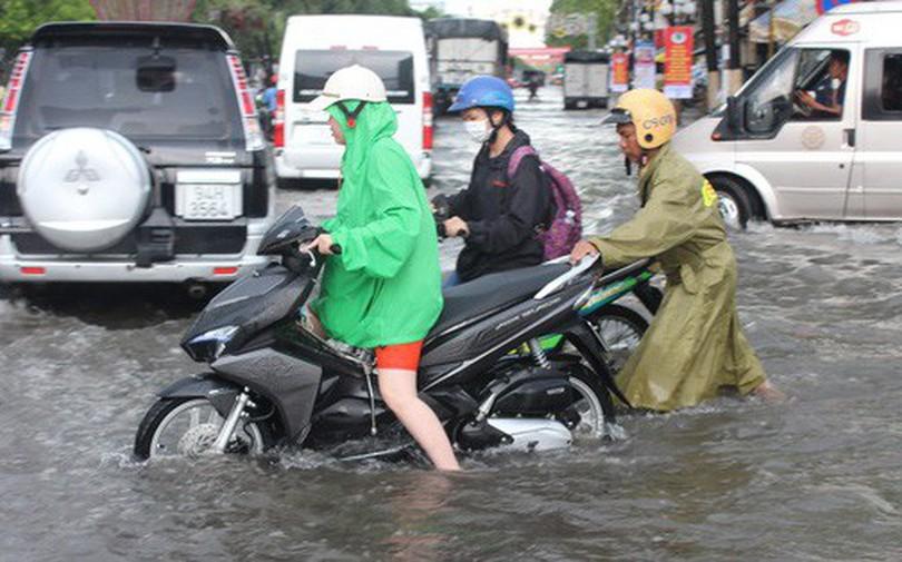 """Sau cơn mưa trắng trời, CSGT Bạc Liêu giúp dân di chuyển trong """"biển"""" nước"""