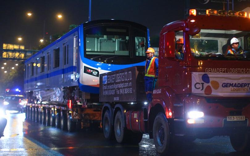 Xe cảnh sát xuyên đêm dẫn 3 toa tàu metro về depot Long Bình, trăm người Sài Gòn tò mò theo dõi
