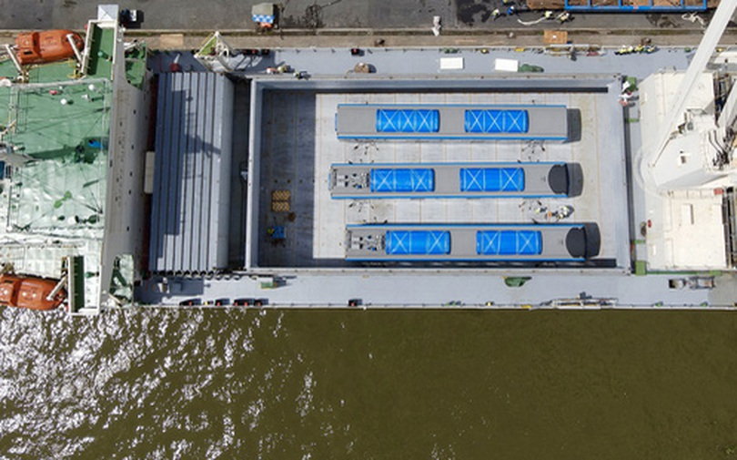 Cận cảnh tàu biển 120 mét chở 3 toa tàu metro số 1 đầu tiên cập cảng ở TP.HCM