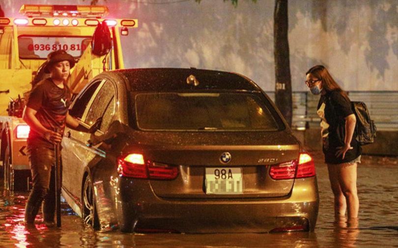 [ẢNH] Người Sài Gòn khổ sở trong biển nước, Mercedes, Audi nằm dài chờ cứu hộ từ đêm tới sáng