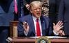 Ông Trump dọa áp thuế EU, Trung Quốc, gọi cố vấn thương mại là 'vua tôm hùm'