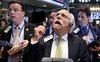 Lạm phát tăng nóng khiến chứng khoán Mỹ đỏ lửa, Dow Jones rớt gần 700 điểm