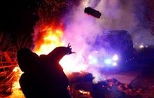 Sợ virus corona, người biểu tình Ukraine ném đá vào đoàn xe chở đồng hương sơ tán từ Trung Quốc