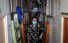 """Không thể ra ngoài, hàng nghìn người nghèo Hong Kong nhốt mình trong """"nhà quan tài"""" từ sáng đến đêm vì sợ virus corona"""