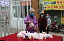 """Ảnh: """"Ai cần cứ đến lấy"""" và hàng trăm suất ăn miễn phí dành tặng người lao động nghèo giữa mùa dịch Covid-19 ở Hà Nội"""