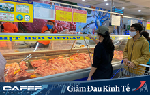 Siêu thị mùa dịch COVID-19: Saigon Co.op chính thức áp dụng khoảng cách 2m - rào chắn quầy thu ngân, tích cực làm việc với nhà cung để giảm giá thịt heo và hàng thiết yếu