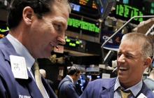 Lạc quan về tình hình dịch bệnh ở Mỹ, Phố Wall khởi sắc sau 1 tuần biến động, Dow Jones bứt phá hơn 1.600 điểm