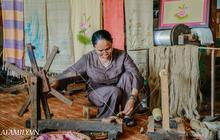 """Người phụ nữ chân quê ngoại thành Hà Nội với biệt tài """"bắt sen nhả tơ"""", làm nên chiếc khăn giá chẳng kém gì hàng hiệu nổi tiếng"""