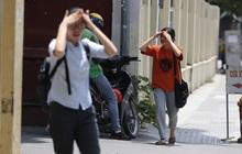"""Người dân chật vật vì cái nóng """"như thiêu đốt"""" trên đường phố Hà Nội"""