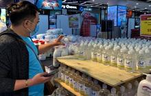 Giá nước rửa tay khô lao dốc trong mùa dịch Covid-19 khi quay lại siêu thị ở Hà Nội