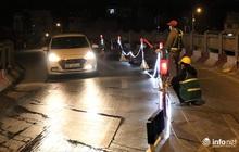 Công nhân xuyên đêm sửa chữa khe co giãn, bù lún mặt cầu Vĩnh Tuy