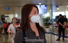 'Chôn chân' ở Nội Bài ngóng người thân trở về từ Hàn Quốc