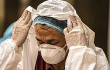 [Ảnh] 10 giờ của nhân viên y tế khi phun tiêu trùng, khử độc ở toà 34T, nơi nữ phóng viên nhiễm Covid-19 sinh sống
