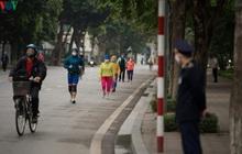 Ngày đầu cách ly toàn xã hội: Người dân Hà Nội vẫn ra đường tập thể dục