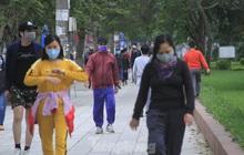 Nườm nượp đi bộ, tập thể dục ở Đền Lừ dù có 'lệnh' hạn chế ra đường