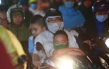 Sài Gòn mưa lớn chiều đầu tuần, người lớn trẻ nhỏ chật vật trên đường vì kẹt xe