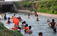 Nắng nóng, dân Nghệ An mang can nhựa, thùng xốp đổ xô ra sông Lam, kênh nước tắm