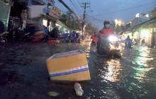 Mưa xối xả, hàng loạt tuyến đường tại TP HCM ngập như sông