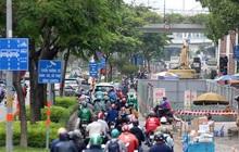 """Cận cảnh """"lô cốt"""" đầy đường khu vực nút giao chân cầu Sài Gòn"""