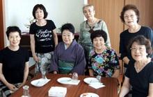 Cuộc sống không chỉ có một lựa chọn: 7 người phụ nữ độc thân sống cùng nhau, hơn 70 tuổi vẫn nhuộm tóc, trang điểm, hết mình với cuộc sống
