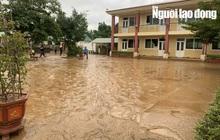 """Quảng Bình: Rác thải, bùn đất chất từng lớp 'bủa vây"""" trường lớp sau khi lũ rút"""