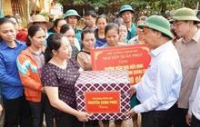 Chùm ảnh: Thủ tướng kiểm tra công tác khắc phục hậu quả, động viên bà con vùng lũ