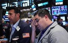 Số ca nhiễm Covid-19 chạm mức kỷ lục, Dow Jones mất hơn 800 điểm