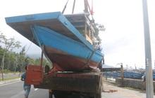 Ngư dân Đà Nẵng hối hả thuê xe cẩu đưa thuyền đi tránh bão số 9