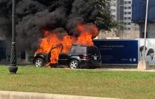 Xế sang Mercedes GL450 bất ngờ bốc cháy trơ khung trong khu đô thị ở Hà Nội