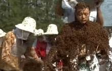 """Kỷ lục Guinness đăng video siêu dị về """"người ong"""" đạt hơn 5 triệu lượt xem sau vài giờ, dân mạng xem xong cũng gai hết cả người"""